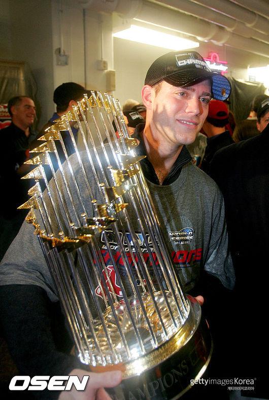 [사진] 2004년 보스턴 레드삭스 월드시리즈 우승 트로피를 든 테오 엡스타인 /ⓒGettyimages(무단전재 및 재배포 금지)