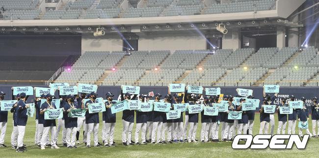 [OSEN=고척,박준형 기자] NC 다이노스가 창단 첫 한국시리즈 우승을 차지했다.NC는24일 서울 고척스카이돔에서 열린 2020시즌 KBO리그 한국시리즈 6차전에서 두산에 4-2로 승리했다. 시리즈 전적 4승 2패로 우승 트로피를 차지했다. 1승2패에서 내리 3연승, 정규 시즌에 이어 통합 우승의 축포를 터뜨렸다.한국시리즈 우승 뒤 NC 선수들이 팬들에게 인사를 하고 있다. / soul1014@osen.co.kr