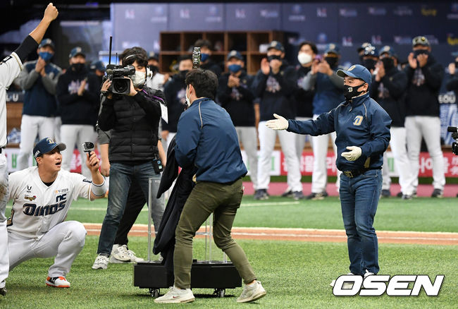 [OSEN=이대선 기자] 24일 한국시리즈 6차전에서 그라운드를 방문한 NC 김택진 구단주가 자사 게임 속 대표 검을 본떠 만든 트로피를 선보이고 있다. / sunday@osen.co.kr