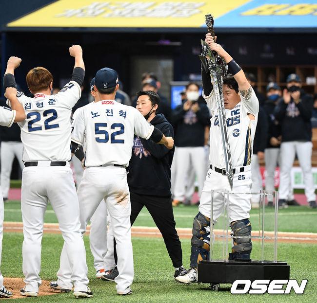 [OSEN=이대선 기자] 24일 한국시리즈 6차전에서 우승을 확정 지은 NC 양의지가 '집행검' 세리머니를 펼치고 있다. / sunday@osen.co.kr