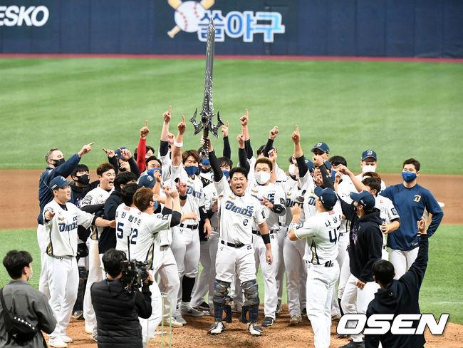 [OSEN=지형준 기자] 24일 한국시리즈 6차전에서 우승을 확정 지은 NC 선수들이 '집행검' 세리머니를 펼치고 있다. / jpnews@osen.co.kr