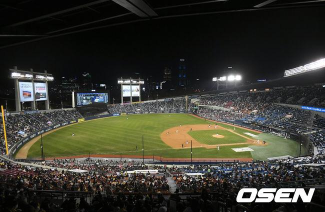 [OSEN=잠실, 김성락 기자] 4일 오후 서울 잠실야구장에서 '2020 신한은행 SOL KBO리그' 준플레이오프 1차전 두산 베어스와 LG 트윈스의 경기가 열렸다.유관중으로 진행되는 가운데 야구팬들이 열띤 응원을 펼치고 있다./ksl0919@osen.co.kr