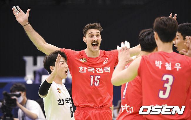 [OSEN=수원,박준형 기자]2세트 한국전력 러셀이 득점 후 동료들과 기뻐하고 있다. / soul1014@osen.co.kr