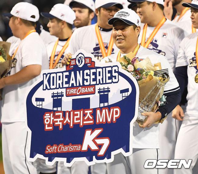 [OSEN=곽영래 기자] 2016년 한국시리즈 MVP에 선정된 두산 양의지가 포토타임을 갖고 있다. / youngrae@osen.co.kr