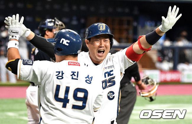 [OSEN=지형준 기자] 한국시리즈 5차전에서 NC 양의지가 투런포를 날리고 기뻐하고 있다. /jpnews@osen.co.kr