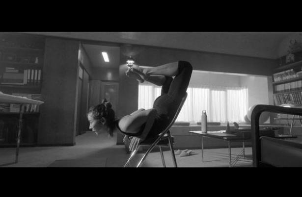 조여정, 의자 위에서 고난이도 자세..유연한 몸매[★SHOT!]