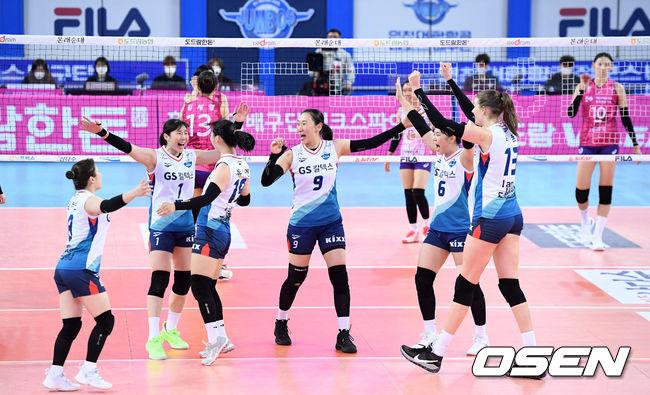 [OSEN=인천, 이대선 기자] 5세트 득점에 성공한 GS칼텍스 선수들이 환호하고 있다. /sunday@osen.co.kr