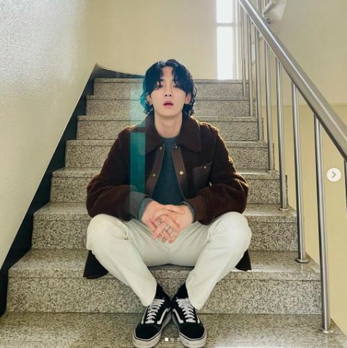 샤이니 키, 일상이 화보.. SM 엔터 계단에서 포즈 사진맛집 [★SHOT!]