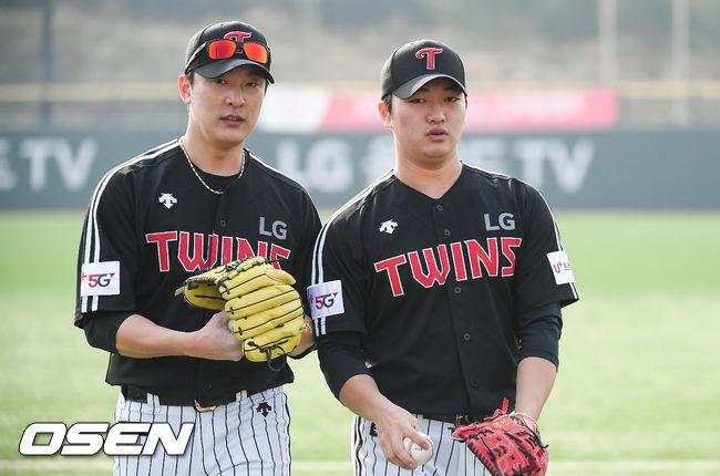 [OSEN=이천,박준형 기자] LG 투수 최동환(왼쪽)과 고우석이 캐치볼 이후 훈련장을 이동하고 있다. / soul1014@osen.co.kr
