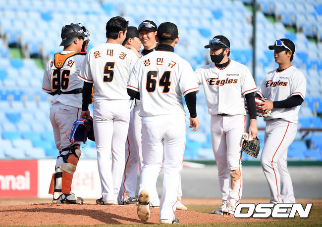 [OSEN=대전, 조은정 기자] 한화 선수들이 연습경기 승리를 기뻐하고 있다. /cej@osen.co.kr