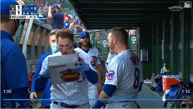[사진] 8일(한국시간) 밀워키전에서 시즌 첫 안타를 홈런으로 장식한 시카고 컵스의 작 피더슨이 홈런을 친 뒤 덕아웃에서 이안 햅으로부터 와플 메이커를 선물로 받고 있는 모습. / MLB.tv 중계 화면 캡처