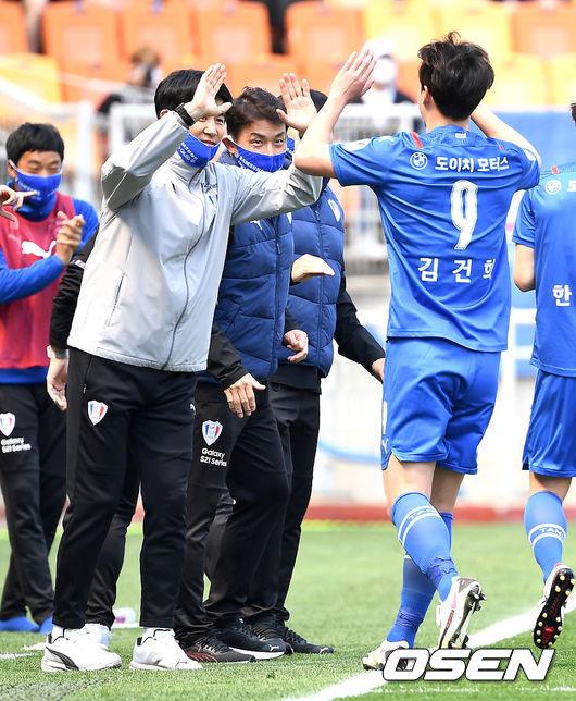 [사진]김건희ㅣ, 선제골 작렬시키고 박건하 감독과 하이파이브
