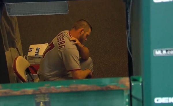 [사진] 14일 세인트루이스전 덕아웃 통로에서 어깨를 주무르는 스트라스버그 /래리브라운스포츠