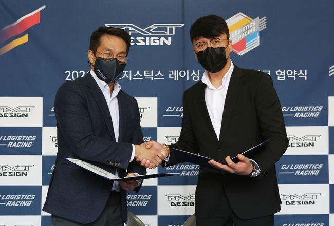 CJ로지스틱스 이정웅 감독(왼쪽)과 ㈜팩트코리아 한태호 대표가 협약을 맺고 있다.