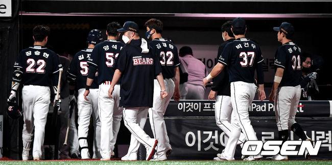 [OSEN=수원, 최규한 기자]두산 선수들이 팬들에게 인사한 뒤 그라운드를 나서고 있다. / dreamer@osen.co.kr
