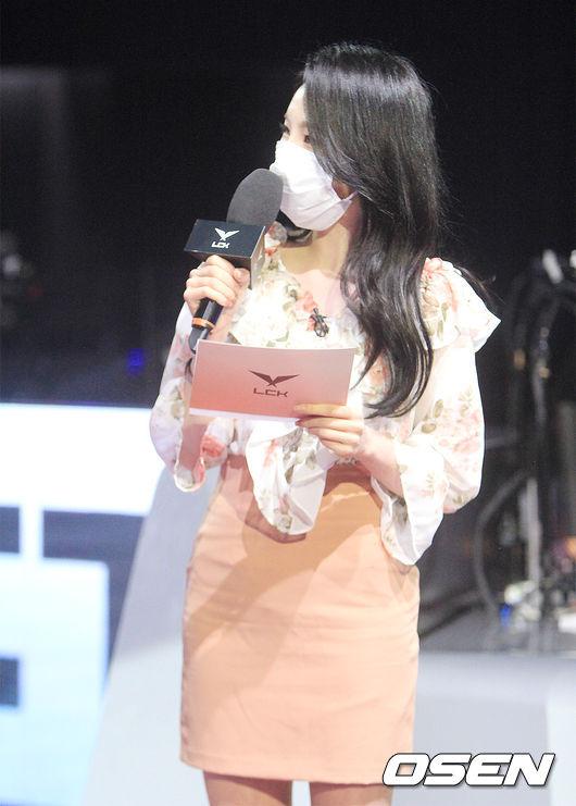 [사진] POG 인터뷰 중인 네네누나 이정현 아나운서