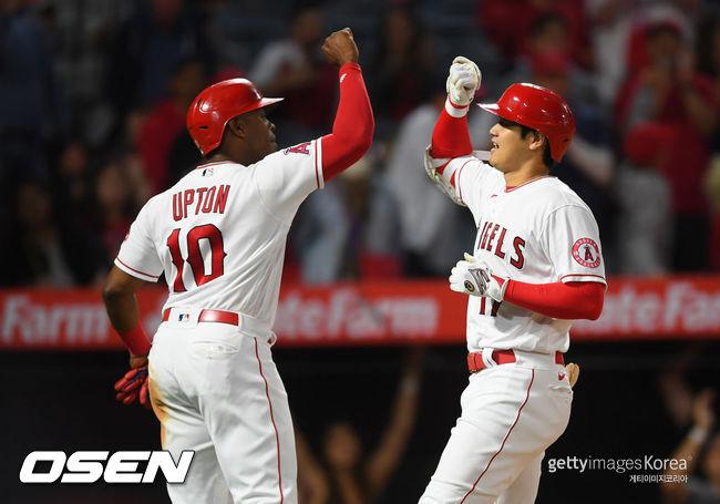 [사진] 오타니 쇼헤이(오른쪽)이 20호 홈런을 친 뒤 저스틴 업튼과 기뻐하고 있다. 2021.06.19 ⓒGettyimages(무단전재 및 재배포 금지)