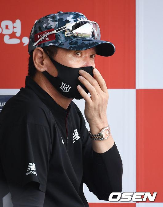 [OSEN=수원, 조은정 기자]KT 이강철 감독이 경기를 지켜보고 있다.2021.06.19 /cej@osen.co.kr
