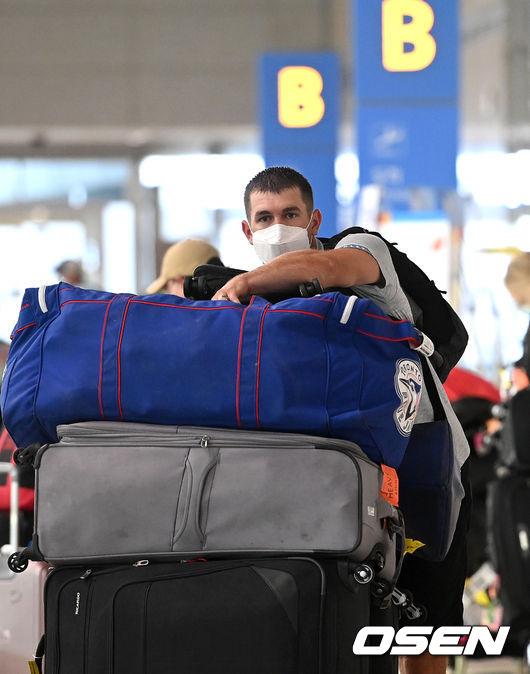 [사진]제라드 호잉, 토론토 블루제이스 가방과 함께