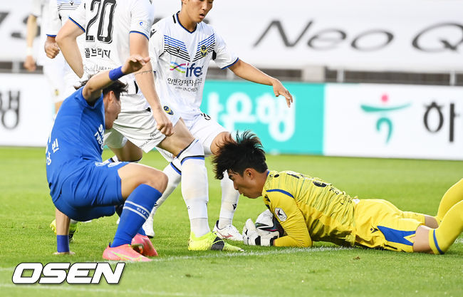 [사진]김동현 골키퍼,정상빈 슛 어림없어