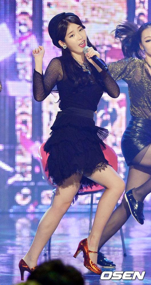 [OSEN=민경훈 기자] 23일 오후 서울 마포구 상암동 누리꿈 스퀘어에서 진행된 MBC MUSIC '쇼 챔피언'에서 아이유가 열창을 하고 있다. 13.10.23/ rumi@osen.co.kr