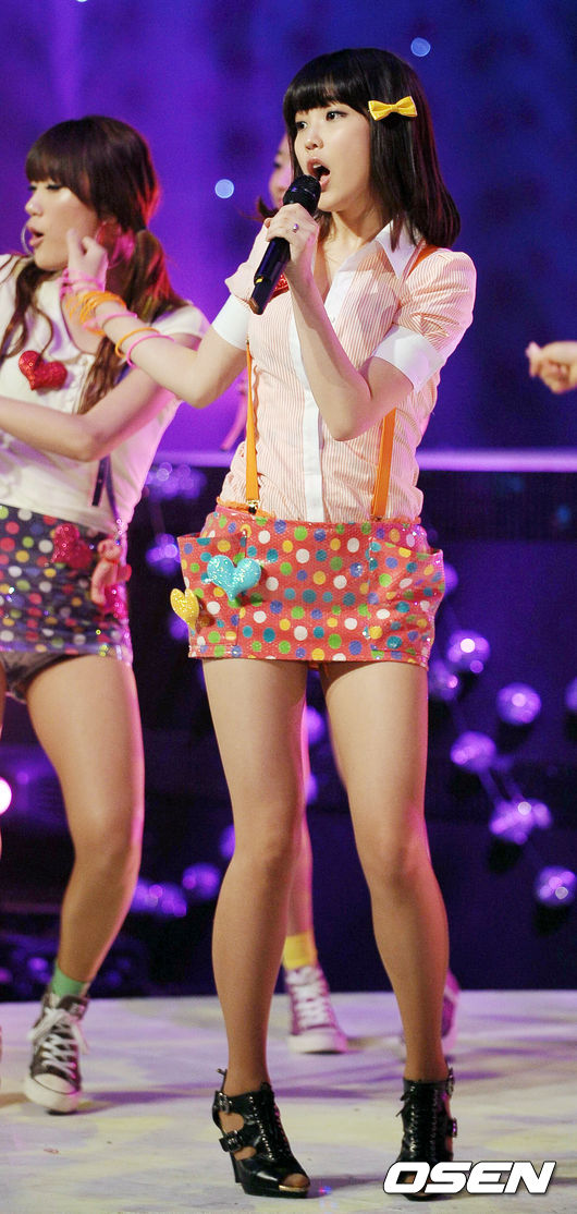 [OSEN=민경훈 기자] 21일 오후 서울 상암동 누리꿈 스퀘어 스튜디오 'Mnet 엠카운트다운' 생방송 무대에서 IU(아이유)가 노래 'Boo'를 부르며 깜찍한 안무를 선보이고 있다. 09.05.21/ rumi@osen.co.kr
