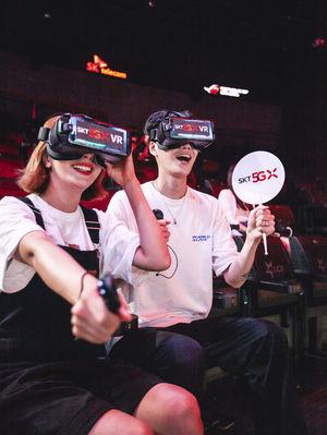 SK텔레콤 모델들이 서울 종로에 위치한 'LoL 파크'의 'LCK 아레나'에서 'LCK VR현장 생중계'와 Jump AR 서비스를 체험하고 있다.
