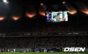 [OSEN=서울월드컵경기장, 최규한 기자]후반 벤치를 지키는 호날두의 모습이 전광판을 통해 보여지고 있다. /dreamer@osen.co.kr