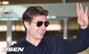 [OSEN=박준형 기자 ]할리우드 배우 톰 크루즈가 15일 오후 서울 김포공항 SGBAC 비즈니스항공센터을 통해 영화 홍보차 내한했다.  톰 크루즈는 이날 '미션 임파서블: 폴아웃'(이하 미션6)을 연출한 크리스토퍼 맥쿼리 감독과 함께 내한했다. 영화 '미션6'는 최고 스파이 요원 에단 헌트(톰 크루즈 분)와 IMF팀이 행한 모든 선의의 선택이 최악의 결과로 돌아오면서 피할 수 없는 미션을 끝내야만 하는 액션 블록버스터로, 25일 전 세계 최초 개봉한다  톰 크루즈가 인사를 하고 있다. / soul1014@osen.co.kr