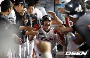 [OSEN=지형준 기자] 호잉이 홈런을 치고 더그아웃에서 동료 선수들과 기뻐하고 있다. /jpnews@osen.co.kr