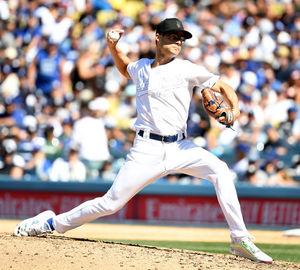 [OSEN=LA(미국 캘리포니아주), 최규한 기자]6회초 마운드에 오른 다저스 투수 조 켈리가 힘차게 공을 뿌리고 있다. /dreamer@osen.co.kr