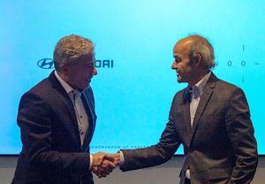 미국 LA 카누 본사 사옥에서 현대·기아자동차 차량아키텍처개발센터 파예즈 라만(Fayez Rahman) 전무(왼쪽)와 카누의 울리히 크란츠(Ulrich Kranz) 대표가 차세대 전기차 플랫폼 개발 협력 계약을 체결한 뒤 악수를 나누고 있다.