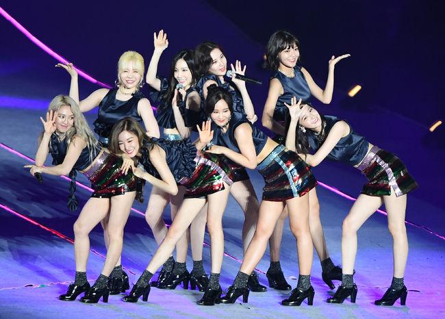 [OSEN=서울월드컵경기장, 지형준 기자] 8일 오후 상암서울월드컵경기장에서 열린 SMTOWN LIVE 월드투어(SMTOWN LIVE WORLD TOUR VI in SEOUL)에서 소녀시대가 공연을 선보이고 있다. /jpnews@osen.co.kr