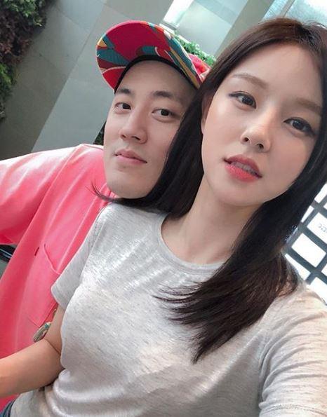 [사진=조수애 SNS] 조수애(오른쪽)가 2019년 1월 임신 5개월을 부인하며 공개한 남편 박서원 두산 전무와의 사진