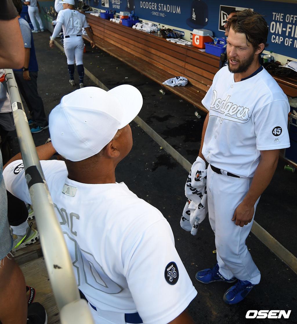 [OSEN=LA(미국 캘리포니아주), 최규한 기자]7회초 투구를 마친 다저스 선발 클레이튼 커쇼와 데이브 로버츠 감독이 더그아웃에서 대화를 나누고 있다. /dreamer@osen.co.kr