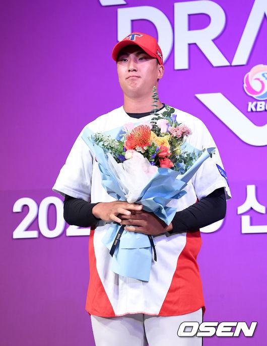 [OSEN=지형준 기자] 2020 KBO 신인 드래프트가 26일 오후 서울 웨스틴조선호텔 그랜드볼룸에서 열렸다.KBO 신인 드래프트는 1라운드부터 10라운드까지 진행되며 지명 순서는 2018년 팀순위의 역순인 NC-KT-LG-롯데-삼성-KIA-키움-한화-두산-SK 순으로 실시된다.1차 지명된 KIA타이거즈 정해영(광주제일고)가 인터뷰를 하고 있다. /jpnews@osen.co.kr