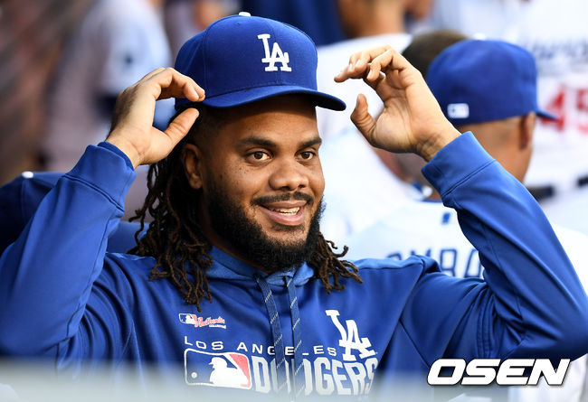 [OSEN=LA(미국 캘리포니아주), 최규한 기자]경기 시작을 앞두고 다저스 켄리 잰슨이 더그아웃에서 모자를 고쳐쓰고 있다. /dreamer@osen.co.kr