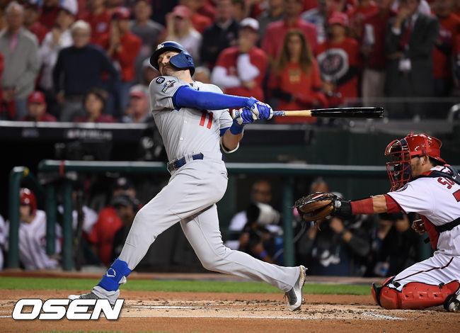 [OSEN=워싱턴 D.C.(미국), 박준형 기자] 7일(한국시간) 미국 워싱턴 D.C. 내셔널스 파크에서  2019 MLB 포스트시즌 내셔널리그 디비전시리즈(NLDS) 워싱턴 내셔널스와 LA의 다저스의 3차전이 진행됐다.1회초 2사 만루에서 LA A.J. 폴락이 삼진으로 물러나고 있다. /soul1014@osen.co.kr