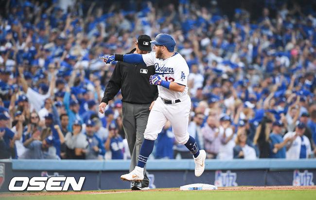 [OSEN=LA(캘리포니아주),박준형 기자]1회말 무사 2루 다저스 먼시가 선취 2점 홈런을 날리고 베이스를 돌고 있다. /soul1014@osen.co.kr