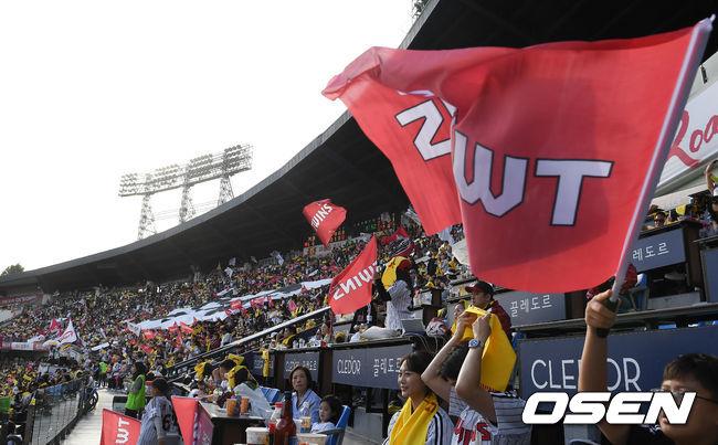[OSEN=잠실, 지형준 기자]LG 팬들이 열띤 응원을 펼치고 있다. /jpnews@osen.co.kr