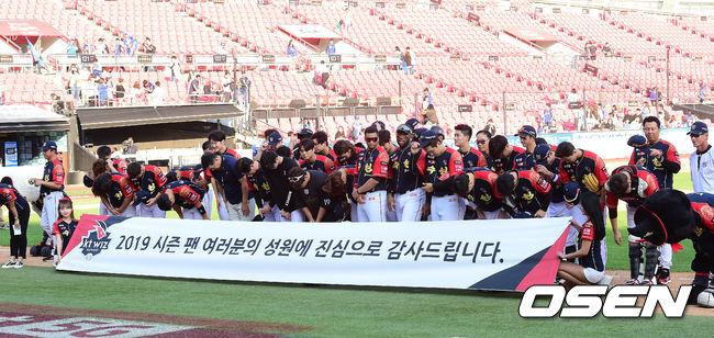 [OSEN=수원, 지형준 기자]경기를 마치고 KT 선수단이 팬들에 인사를 하고 있다. /jpnews@osen.co.kr