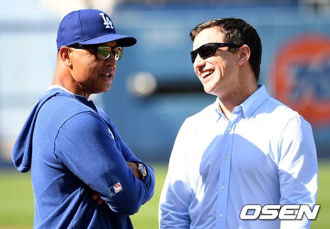 [OSEN=LA(미국 캘리포니아주), 최규한 기자]경기 시작을 앞두고 다저스 데이브 로버츠 감독과 앤드류 프리드먼 야구부문 사장이 대화를 나누고 있다. /dreamer@osen.co.kr