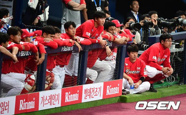 [OSEN=지형준 기자]5회초 SK 선수들이 더그아웃에서 경기를 지켜보고 있다. /jpnews@osen.co.kr