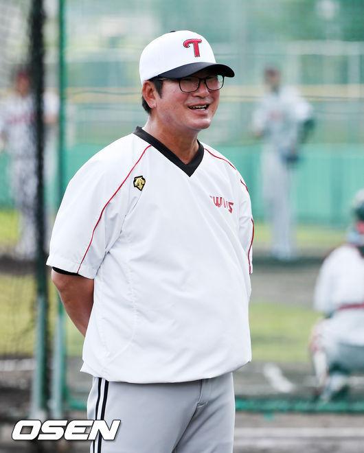 [OSEN=민경훈 기자] LG 류중일 감독이 선수들의 훈련을 주의깊게 지켜보며 미소짓고 있다. /rumi@osen.co.kr