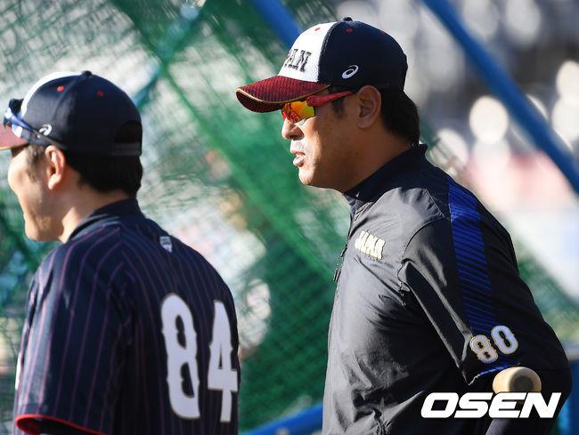 [OSEN=지바(일본), 곽영래 기자]일본 이나바 감독이 훈련을 지켜보고 있다. /youngrae@osen.co.kr