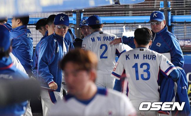 [OSEN=지바(일본), 곽영래 기자]  한국은 12일 일본 지바 ZOZO마린 스타디움에서 열린 '2019 WBSC 프리미어 12' 슈퍼라운드 2차전 대만과의 경기에서 0-7로 충격의 패배를 당했다. 이로써 한국은 슈퍼라운드 전적 2승1패가 됐다. 한국 선수단이 더그아웃을를 나서고 있다. /youngrae@osen.co.kr