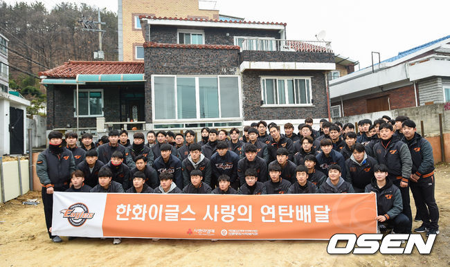 [OSEN=대전,박준형 기자]한화 선수단이 봉사활동에 앞서 기념사진을 찍고 있다. /soul1014@osen.co.kr