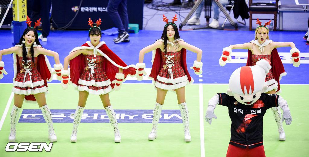 [사진]크리스마스 맞아 산타로 변신한 한국전력 치어리더