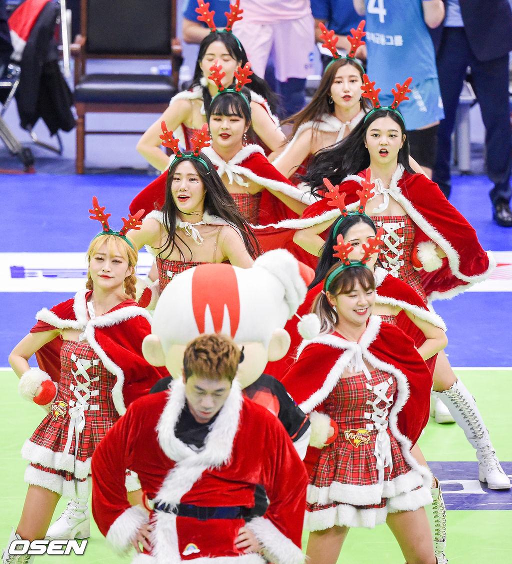 [사진]크리스마스 배구열기 달구는 한국전력 산타 치어리더