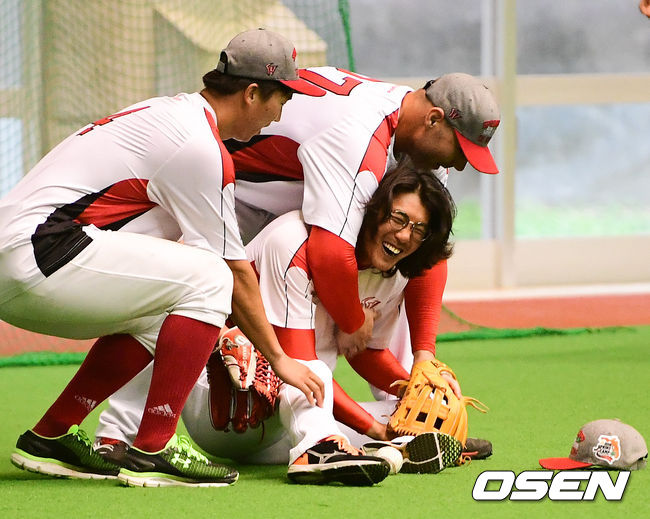 [OSEN=오키나와(일본), 박준형 기자] SK 시절 김광현과 로맥이 장난을 치고 있다. /soul1014@osen.co.kr
